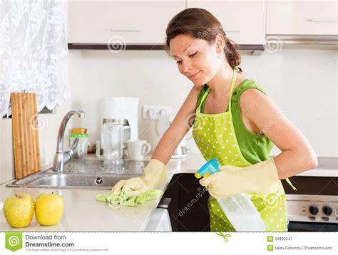 la cocina y los 8483067447 muebles sonrientes de la limpieza del ama de casa en cocina imagen de archivo imagen 54990347