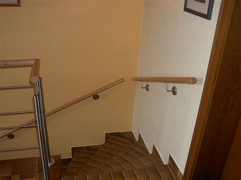 treppengeländer handlauf holz balkon handlauf aus holz senkrechtgel nder sandwich mit