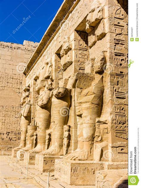imagenes estatuas egipcias estatuas egipcias antiguas en el templo mortuorio de