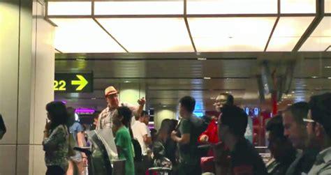 airasia qz269 changi airport passenger asks is it okay to film someone
