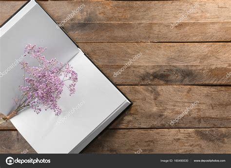 libro i fiori libro aperto con pagine bianche e bellissimi fiori su