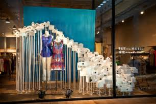 schaufenster dekoration schaufenster dekorieren vusual merchandising auf hohem