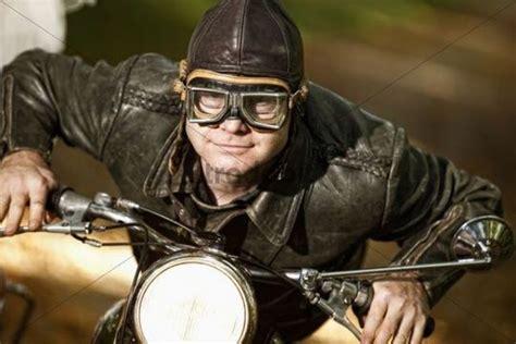 Alte Motorrad Kleider by Motorradfahrer In Historischer Kleidung Runterladen Leute