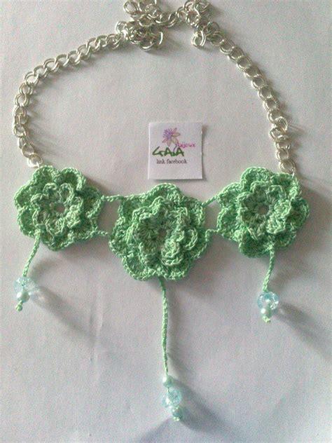 fiori verde acqua collana catena e fiori verde acqua ad uncinetto gioielli