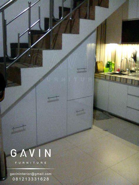 Lemari Dapur Bawah contoh lemari dapur bawah tangga minimalis by gavin