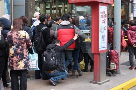 Waiting On Background Check After Offer Residents Line Up For Shanghai S Special New Year Treats Eastday