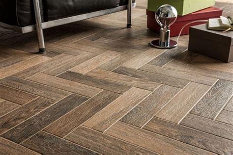 posatura piastrelle ceramica effetto legno pavimentazione posare ceramica