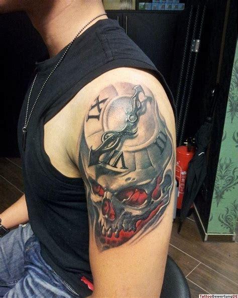 tattoo arm alte uhr mit totenkopf