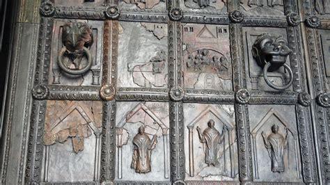 porte duomo porte romaniche duomo di benevento le maniglie con
