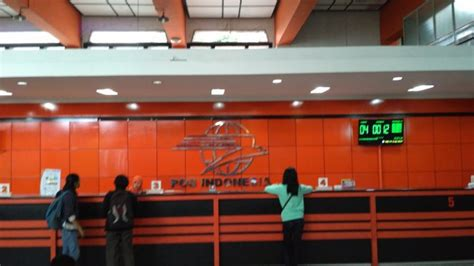 Meja Kantor Pontianak jelang lebaran paket kiriman di kantor pos