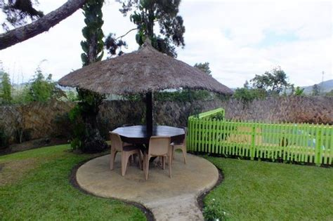 outdoor eating area accommodation picture of kainantu lodge kainantu