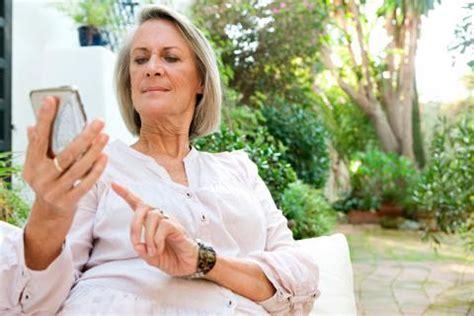 persona con movil tel 233 fonos m 243 viles para mayores usos y consejos tercera edad
