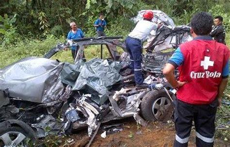 imagenes fuertes ecuador choque entre bus y auto deja tres muertos el diario ecuador