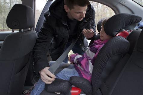 beine schlafen schnell ein kinder im auto richtig sitzen und anschnallen ratgeber