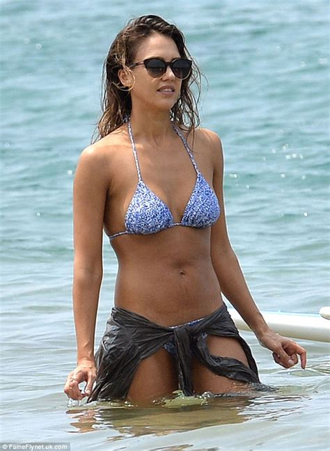 Jessica Alba Wears Tiny String Bikini On Family Vacation In Hawaii Daily Mail Online