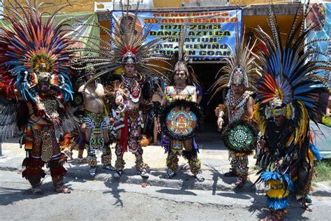 imagenes de trajes aztecas una familia entregada a la danza