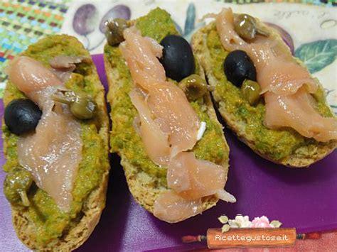antipasti con fiori di zucca crostini fiori di zucca e salmone ricette crostini