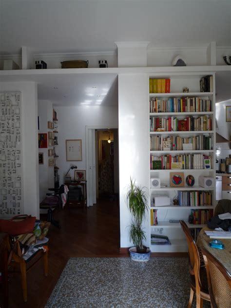 libreria cartongesso e legno foto soggiorno con libreria in legno e cartongesso