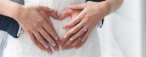 Verlobungsring Und Ehering by Verlobungsring An Der Hochzeit Tragen Verlobungsringe De