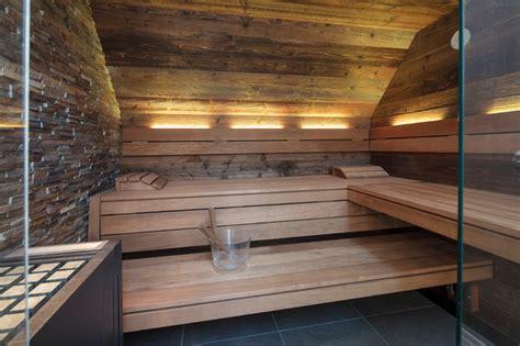 schmale badezimmer designs schmales badezimmer mit design sauna in altholz im