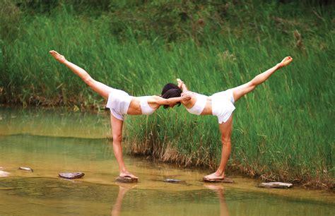 imagenes de yoga en pareja faciles enfocar im 225 genes de posturas de yoga en pareja y guardar