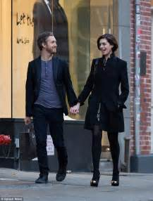 anne hathaway and husband adam shulman step e online anne hathaway and husband adam shulman hold hands as they