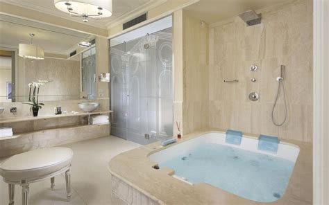 pool in bathroom suite firenze con jacuzzi