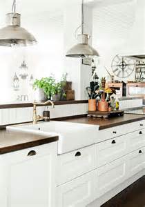 white kitchen decor ideas 31 cozy and chic farmhouse kitchen d 233 cor ideas digsdigs