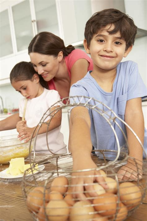 kinder backen kuchen kinder die mutter helfen kuchen in der k 252 che zu backen