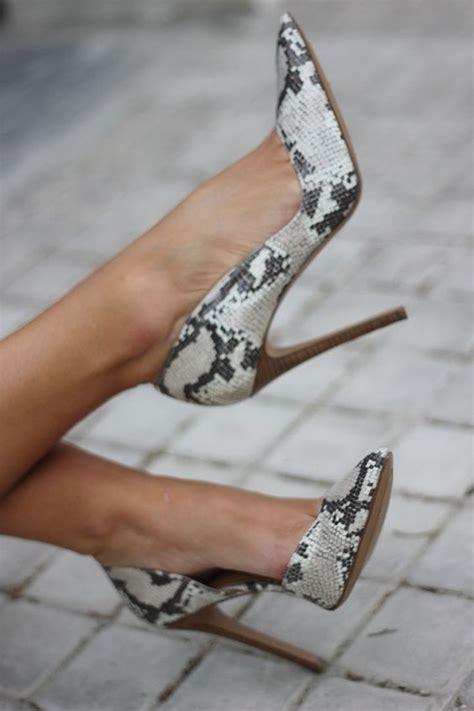 maneras combinar zapatos animal print  como