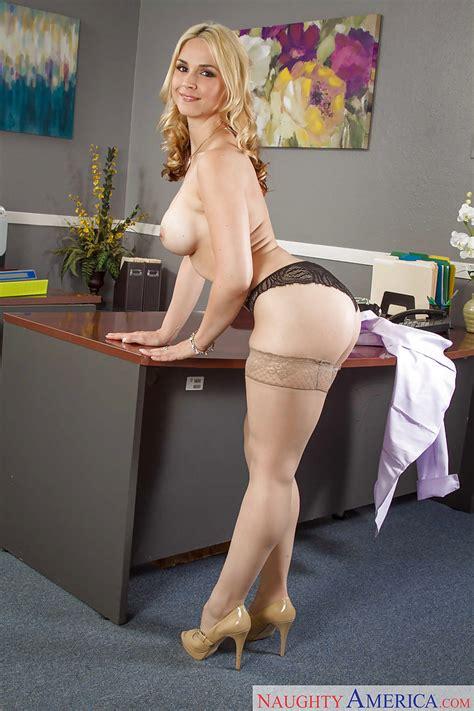 Milf In Short Skirt Sarah Vandella Spreads Her Beautiful Long Legs Pornpics Com