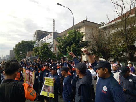 Batik Garuda Gajah Mada Satuan penodaan agama sejumlah ormas geruduk sidang perdana ahok