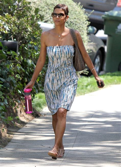 halle berry house halle berry photos photos halle berry heading to a friends house zimbio