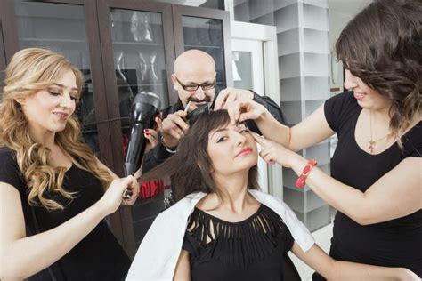 How Much Does A Hair Dresser Make A Year by How Much Does An Average Makeup Stylist At A Salon Make