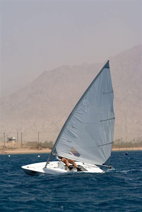 kleine zeilboot het varen op een kleine zeilboot stock foto afbeelding