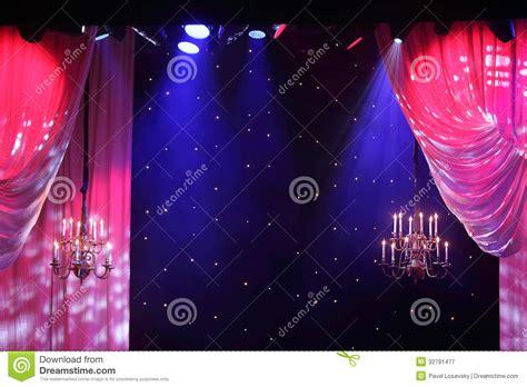 teatro tende a strisce tende con illuminazione e candelieri che appendono nel