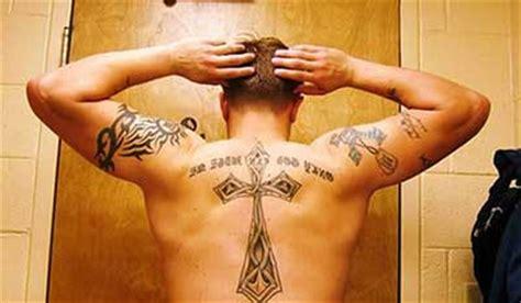 tatuagens de cruz no pulso no dedo com asas