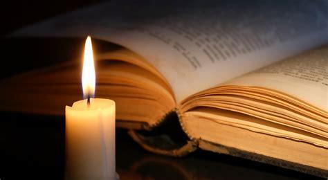 a candela sulla fiamma di una candela