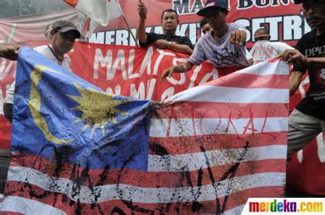 Oleh Oleh Gantungan Kunci Bendera Dari Indonesia foto benteng demokrasi rakyat bakar bendera malaysia merdeka