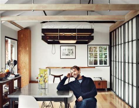 letti a soffitto il letto sul soffitto per guadagnare spazio