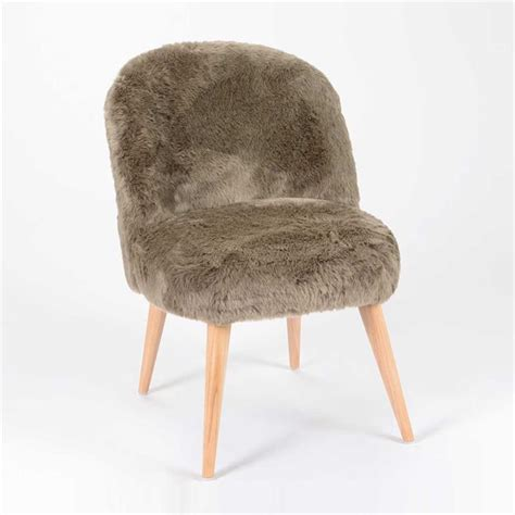 chaise fourrure chaise scandinave en fourrure taupe davon sur cdc design