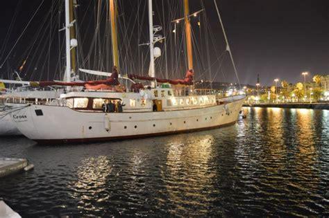 catamaran barcelona cena cenas en barco en barcelona para grupos
