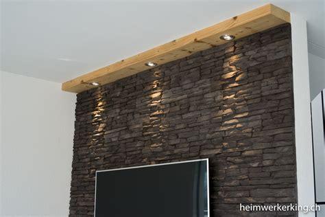 beleuchtung holzbalken tv wand mit steinverblender ohne sichtbare kabel bauen