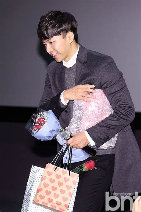 lee seung gi jung joon young bntnews bnt photo lee seung gi receives a handful of gifts