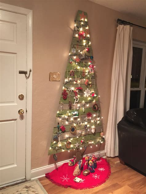 flat christmas tree made from pallets great space saver
