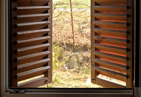 manutenzione persiane in legno persiane in legno come pulirle nel migliore dei modi