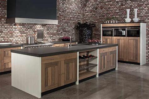eiken keuken bewerken houten keuken met kookeiland en granieten aanrecht tinello
