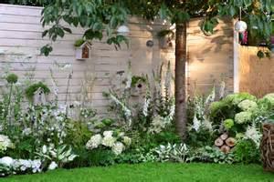 un jardin de fleurs blanches d 233 tente jardin