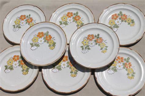 Spring Garden Hearthside Japan stoneware dinner plates, 70s vintage pottery w/ mod flowers