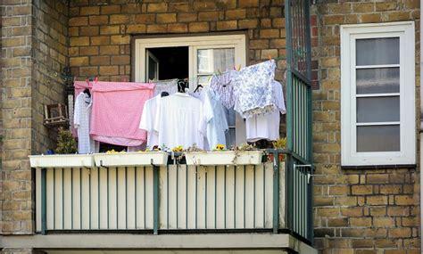 wäsche im wohnzimmer trocknen 875 3305 hemden und bettw 228 sche auf einem balkon in hamburg